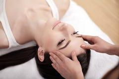 Close-up van een Young Woman Getting Spa Behandeling Close-up van een jonge vrouw die kuuroordbehandeling krijgen Royalty-vrije Stock Foto's