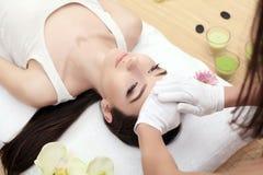 Close-up van een Young Woman Getting Spa Behandeling Close-up van een jonge vrouw die kuuroordbehandeling krijgen royalty-vrije stock fotografie