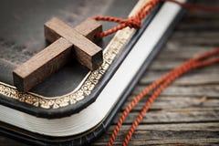 Kruis op Bijbel royalty-vrije stock afbeeldingen