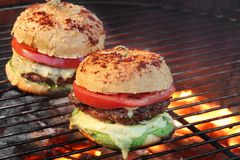 Close-up van Eigengemaakte Burgers bij de Hete BBQ Grill Royalty-vrije Stock Foto's