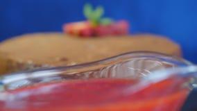 Close-up van eigengemaakte chocoladecake met aardbeien op donkerblauwe achtergrond Het dessert van de chocolade Verse aardbeicake stock video