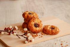 Close-up van eigengemaakte koekjes met noten en jam royalty-vrije stock foto's