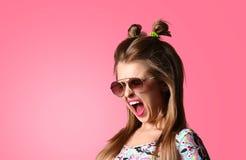 Close-up van emotionele jonge aantrekkelijke vrouwenschreeuwen royalty-vrije stock afbeelding