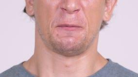 Close-up van en mond die van de boze mens spreken schreeuwen stock videobeelden