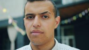 Close-up van ernstige aantrekkelijke Arabische kerel met in haarstijl in openlucht stock footage