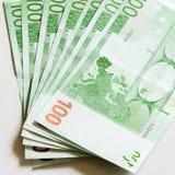 Close-up van 100 Euro die bankbiljetten op witte achtergrond wordt geïsoleerd Stock Foto's