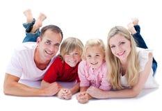 Close-up van familie die op de vloer ligt royalty-vrije stock afbeelding