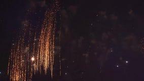 Close-up van feestelijk vuurwerk in de nachthemel misschien overal, zonder mensen stock footage
