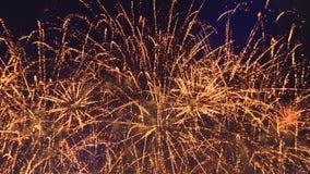 Close-up van feestelijk vuurwerk in de nachthemel misschien overal, zonder mensen stock video