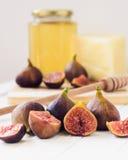 Close-up van fig., honing en kaas Retro, ziet de wijnoogst eruit Selecti Royalty-vrije Stock Afbeelding