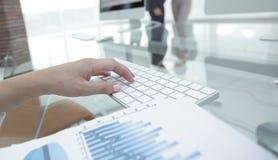 Close-up van financieel grafieken en computertoetsenbord op de Desktop royalty-vrije stock afbeelding