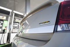Close-up van flexibele van brandstof voorzien auto bij benzinestation royalty-vrije stock foto's