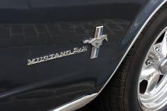 Close-up van Ford Mustang 2+2 embleem stock foto's