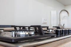 Close-up van fornuisbovenkant in keukenteller die wordt geïntegreerd stock foto's