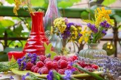 Close-up van Frambozen op een lijst Stock Foto's
