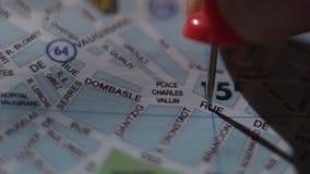 Close-up van Franse stadskaart, toeristenhand die reisbestemming met speld merken stock video