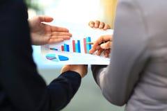 Close-up van geanalyseerde grafieken en grafieken Stock Foto
