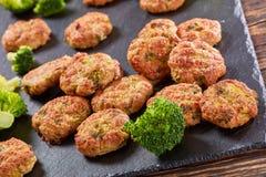 Close-up van gebakken fritters van kippenbroccoli stock foto
