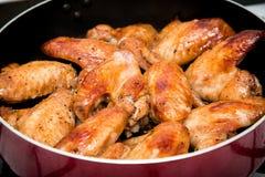 Close-up van gebakken kippenvleugels in bakselpan Selectieve nadruk Royalty-vrije Stock Foto's