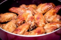 Close-up van gebakken kippenvleugels in bakselpan Selectieve nadruk Royalty-vrije Stock Afbeelding