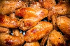 Close-up van gebakken kippenvleugels in bakselpan Selectieve nadruk Stock Foto