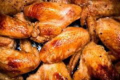 Close-up van gebakken kippenvleugels in bakselpan Selectieve nadruk Royalty-vrije Stock Afbeeldingen