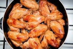 Close-up van gebakken kippenvleugels in bakselpan Selectieve nadruk Royalty-vrije Stock Foto