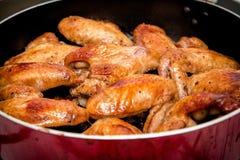 Close-up van gebakken kippenvleugels in bakselpan Selectieve nadruk Stock Afbeeldingen