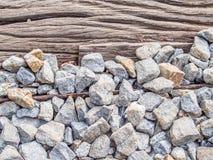 Close-up van gebarsten houten en grintachtergrond Stock Foto's