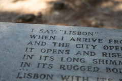 Close-up van Gedicht op Bank binnen Kasteel van Sao Jorge binnen wordt gegraveerd die stock foto