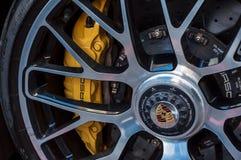 Close-up van gele onderbreking op wiel van Porsche-sportwagen Royalty-vrije Stock Afbeeldingen