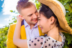 Close-up van gelukkig houdend van paar in openlucht stock foto