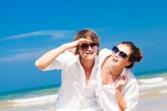 Close-up van gelukkig jong paar in witte kleren stock fotografie