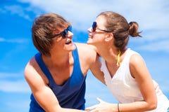Close-up van gelukkig jong paar in zonnebril die hebben stock foto
