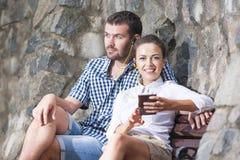 Close-up van Gelukkige en Positieve Kaukasische Paarzitting samen stock afbeelding