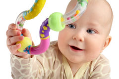 Close-up van gelukkige zeven van de babymaanden jongen die een geïsoleerd stuk speelgoed grijpen Stock Foto
