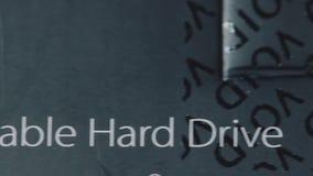 Close-up van geopende harde schijf verpakking Inschrijvingsleegte na het scheuren van de film Karton gelamineerde zwarte doos Dra stock footage