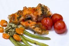 Close-up van Geroosterde Zalm met groenten stock afbeeldingen