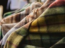 Close-up van geruit Schots wollen stofsjaals in een winkelvertoning worden gehangen voor verkoop die royalty-vrije stock fotografie