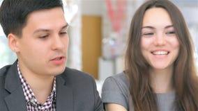 Close-up van gezicht, jonge aantrekkelijke ondernemer stock footage