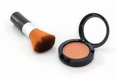 Close-up van gezichtspoeder en make-upborstel stock foto's