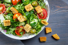 Close-up van gezonde salade Caesar met croutons royalty-vrije stock foto