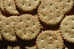 Close-up van gezouten crackers Achtergrond van klassieke zoute cracker op een bruine houten tabl Stock Afbeelding