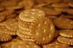 Close-up van gezouten crackers Achtergrond van klassieke zoute cracker op een bruine houten tabl Royalty-vrije Stock Afbeelding