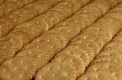 Close-up van gezouten crackers Achtergrond van klassieke zoute cracker op een bruine houten tabl Stock Foto