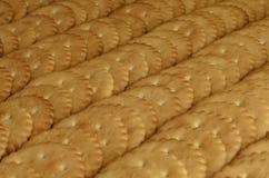 Close-up van gezouten crackers Achtergrond van klassieke zoute cracker op een bruine houten tabl Royalty-vrije Stock Foto's