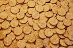 Close-up van gezouten crackers Achtergrond van klassieke zoute cracker op een bruine houten tabl Royalty-vrije Stock Fotografie