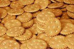 Close-up van gezouten crackers Achtergrond van klassieke zoute cracker op een bruine houten tabl Royalty-vrije Stock Foto