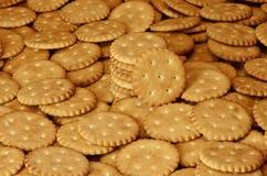 Close-up van gezouten crackers Achtergrond van klassieke zoute cracker op een bruine houten tabl Stock Foto's