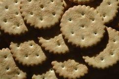 Close-up van gezouten crackers Achtergrond van klassieke zoute cracker op een bruine houten tabl Royalty-vrije Stock Afbeeldingen